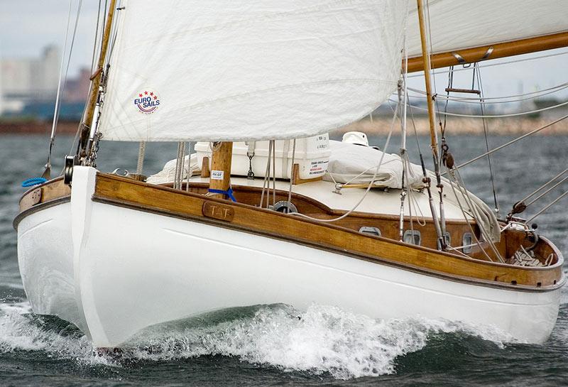 Det er herligt, at der stadig findes sejlere, som vil bruge masser af kræfter, tid og penge på at holde vore ældre fartøjer sejlende.