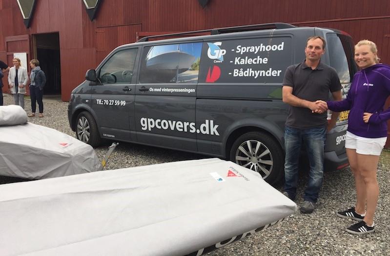Lasse Rosenbeck fra GP Covers overrækker sponsoratet til Anne-Marie Rindom. PR-foto