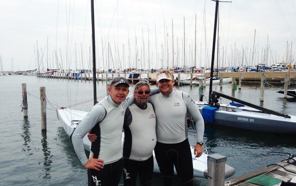 Fra venstre ses rorsmand Bo Selko, ejer af båden Mikael Peteren i midten, mens Rasmus Knude ses til højre foren 5.5 meteren. Foto: Marie-Louise Bjerl Nielsen