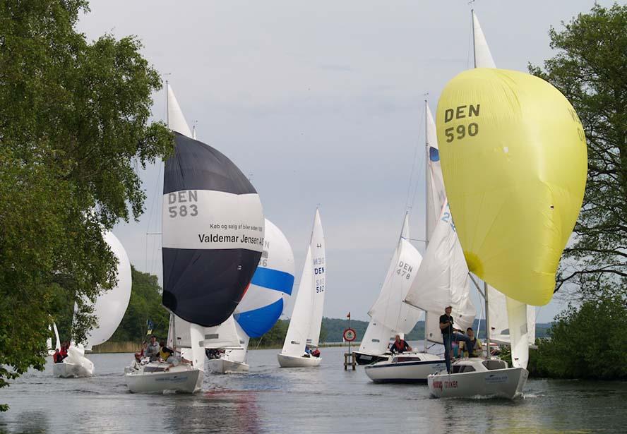 Her er H-båds-sejlerne på vej hjem til Silkeborg Sejlklub i ræset Mosegrisen. Foto: Jens Hjort