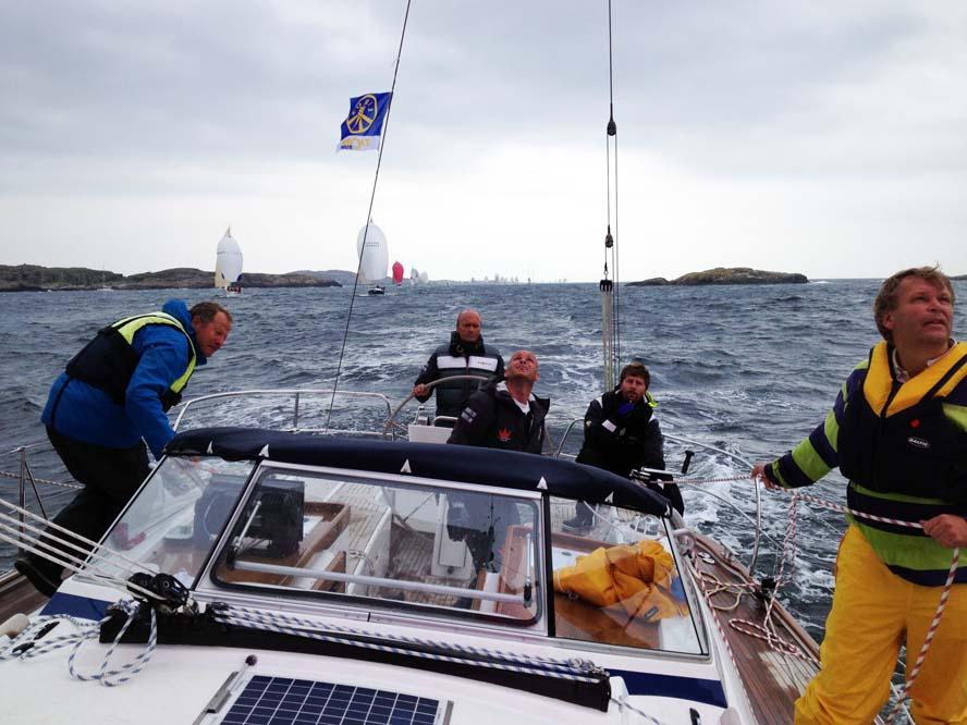 Jeper Bank er ved roret, mens Søren Hansen trimmer. Foto: Bo Hold
