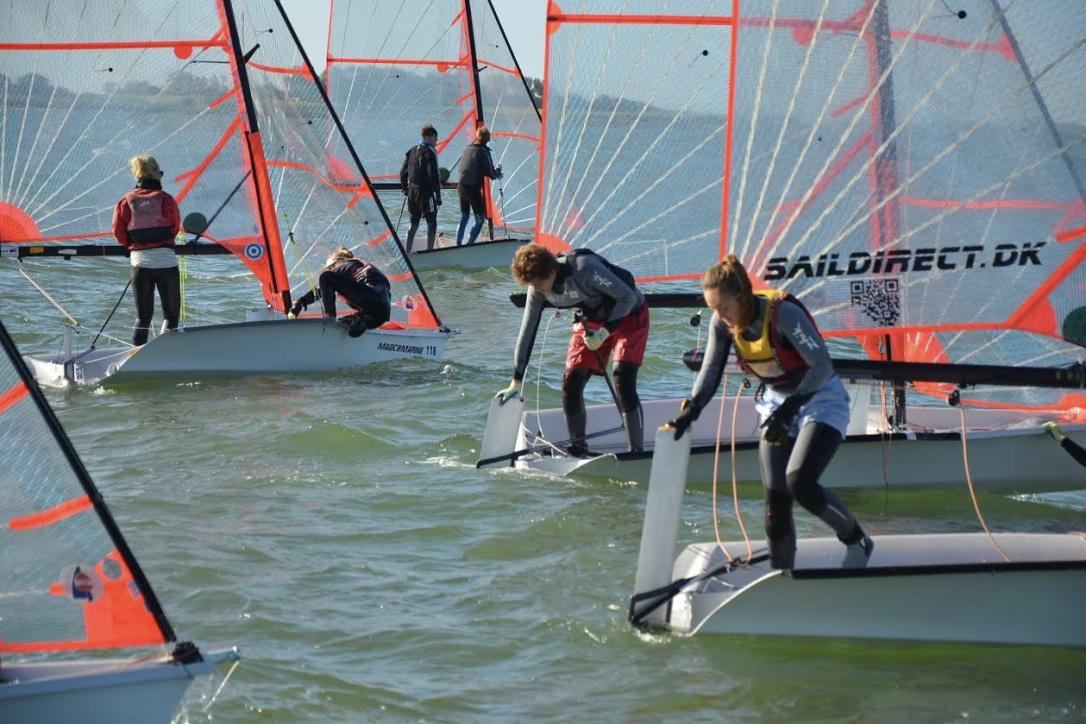 Skælskør danner rammen om årets største jollestævne. Her er det 29'ere på vandet. Foto: Kai-Ole Mortensen
