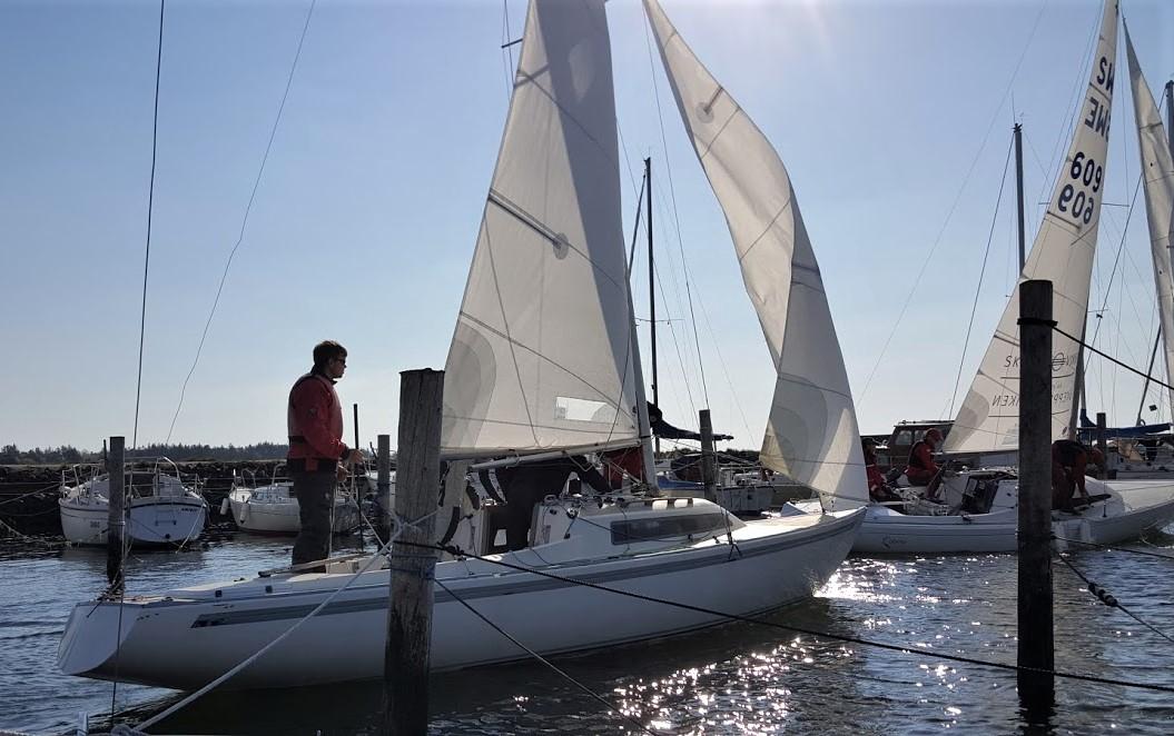 Sådan sejler man for sejl i lille Amtoft Havn, det kan virkelig være en udfordring i en H-båd. Foto: Troels Lykke