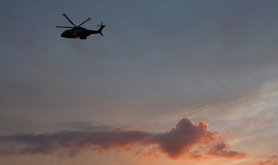 En redningshelikopter blev også sendt mod det drivende fartøj. Arkivfoto: Søren Svarre
