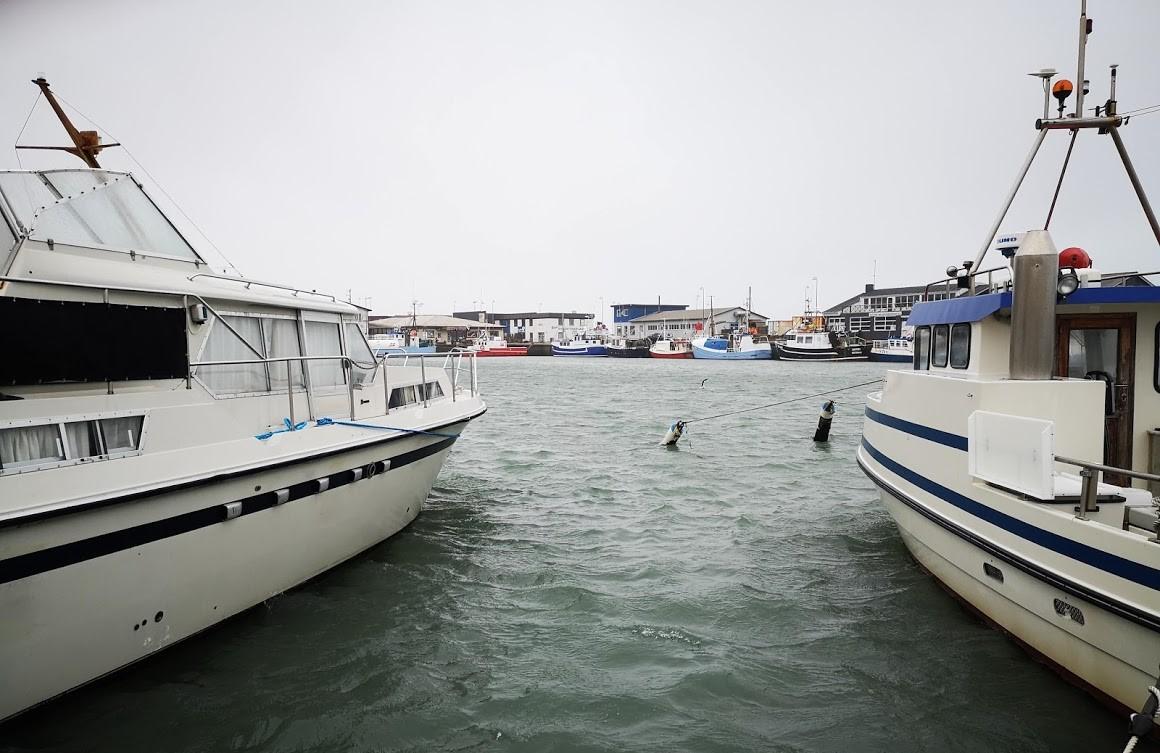 Motorbåde er tit bedre at bo i end i sejlbåde, da de bredere og mere rummelige. Her et frisk foto fra Hirtshals, hvor der er koldt lige nu. Foto: Troels Lykke