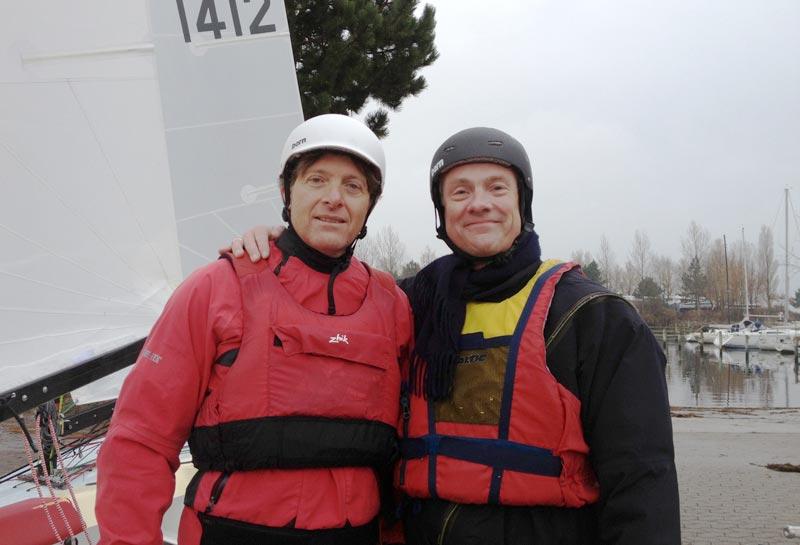 Jørgen Svendsen og Jens Christian Jourlander viser deres nye hjelme frem. De er da smarte. Foto: Jørgen Svendsen
