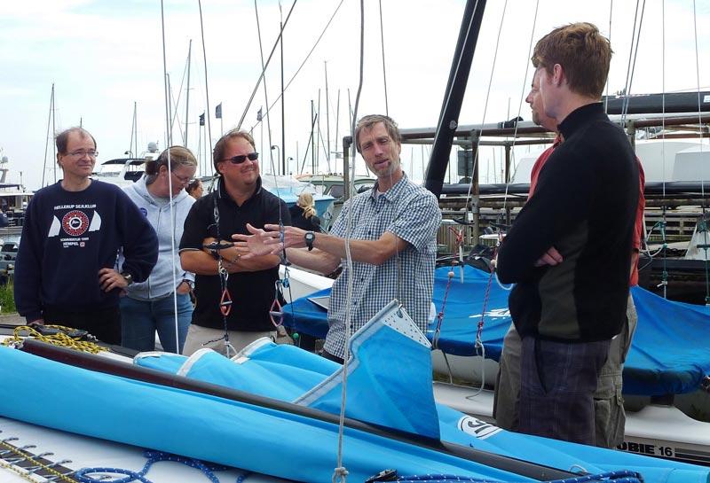Erik Christensen (tv) og Claus Engelsen fra Hobie Cat fleeten i Skovshoved, forklarer hvordan en Hobie Cat 16 fungerer, før sejlerne tager på vandet. Foto: Katrine Bertelsen