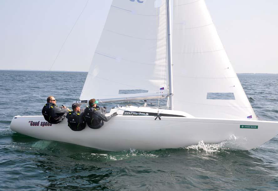 Claus Høj Jensen, Carl Kristensen og Frederik Dahl Hansen sejler i en H-båd fra 2007. Foto: Anja Dahl