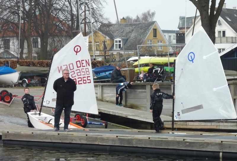 Forældrene stod klar på land, for at hjælpe børnene med båd og omklædning. Foto: Katrine Bertelsen