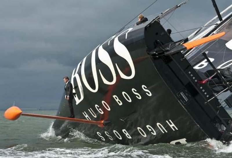 Alex Thomson står her usikkert på svingkølen på Hugo Boss.