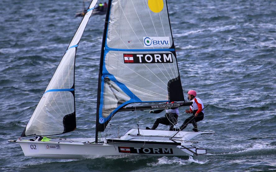 Ida og Marie har et gult mærke i sejlet fordi de er i front. Foto: Troels Lykke