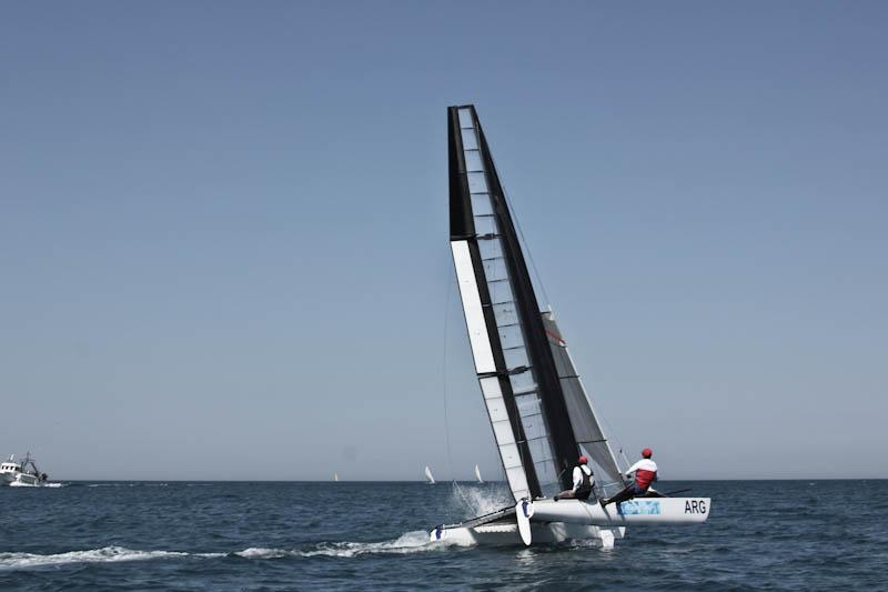 Argentinske sejlere har, i samarbejde med Team Artemis, sat vinge sejl på den tidligere Olympiske katamaran. Foto: Artemis