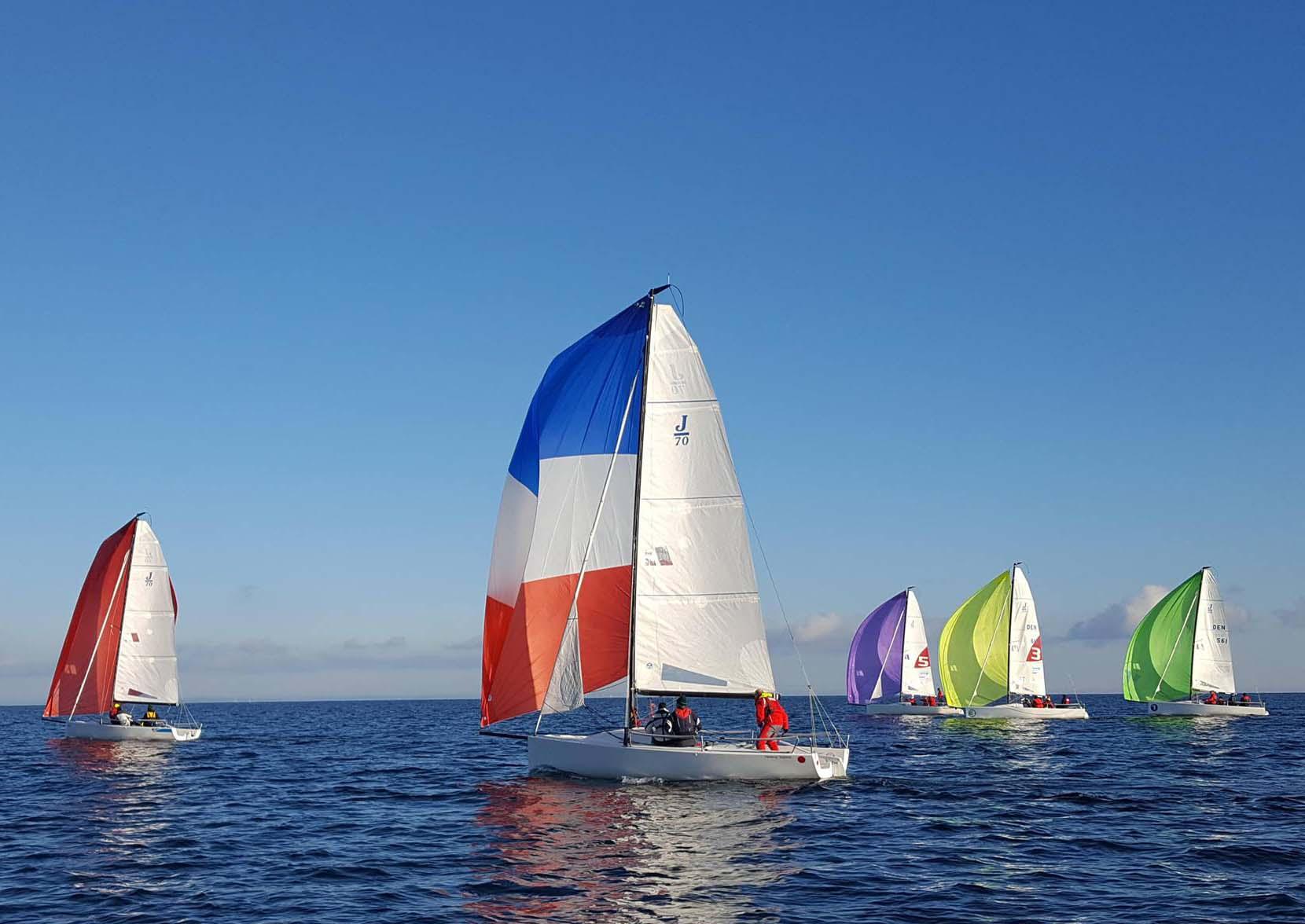 Herlig lørdag på Øresund. Det er om vinteren man bliver en god sejler, har Paul Elvstrøm (vist nok) sagt. Foto: Jesper Adler