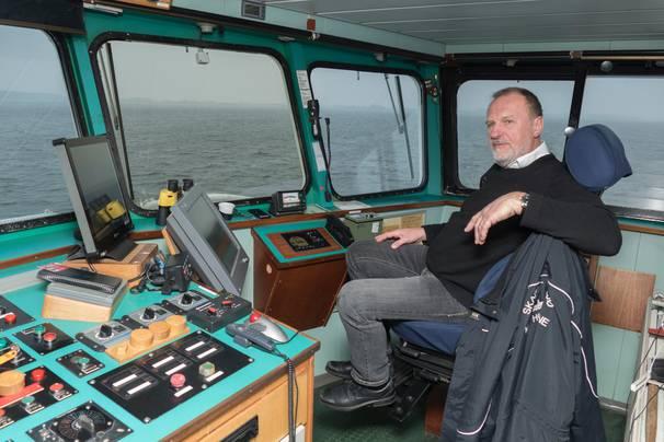 Jakob Søndergaard går i land efter 21 år som skipper på m/f Højestene. Foto: Søren Stidsholt Nielsen, Søsiden, Fyns Amts Avis.