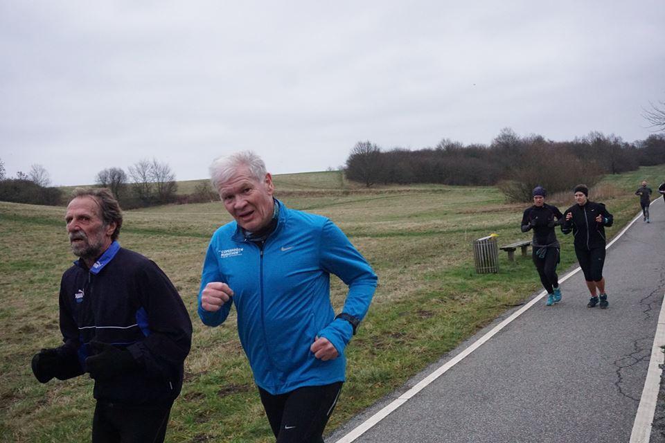Jan Hansen (i blå), der driver Quantum Sails og er formand for brancheforeningen Danboat, løber en del, også maraton.
