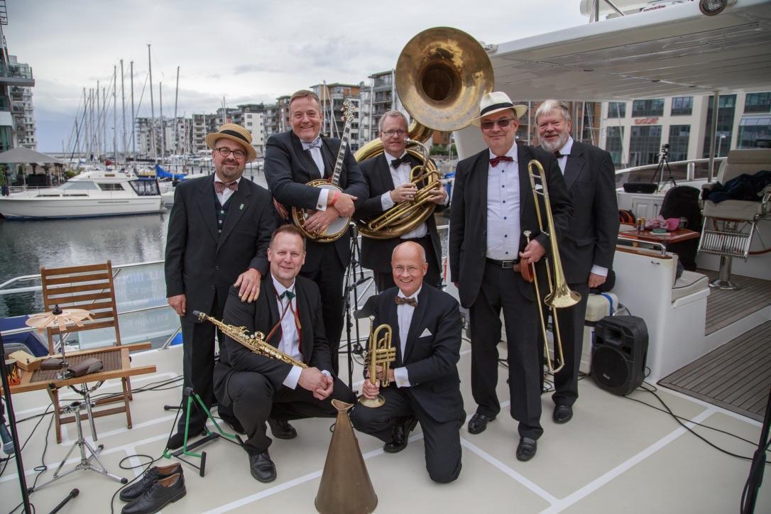 De syv svenske jazzspillere står søndag for den gode stemning i Dockan Marina. Foto: MadaRo