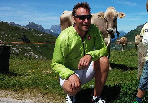 Jes Gram-Hansen har boet i Schweiz i flere måneder, mens Rasmus Køstner bor i Norge hos hans hustru, der er læge i Norge. Begge er oprindeligt fra Aarhus