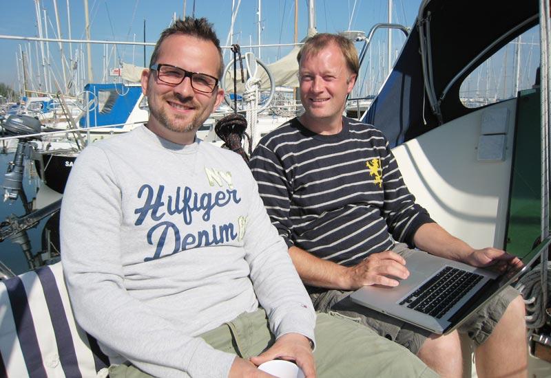 Jacob Nørlem Masters (t.v.) og Mads Voldby står bag den nye havnelods John At Sea.