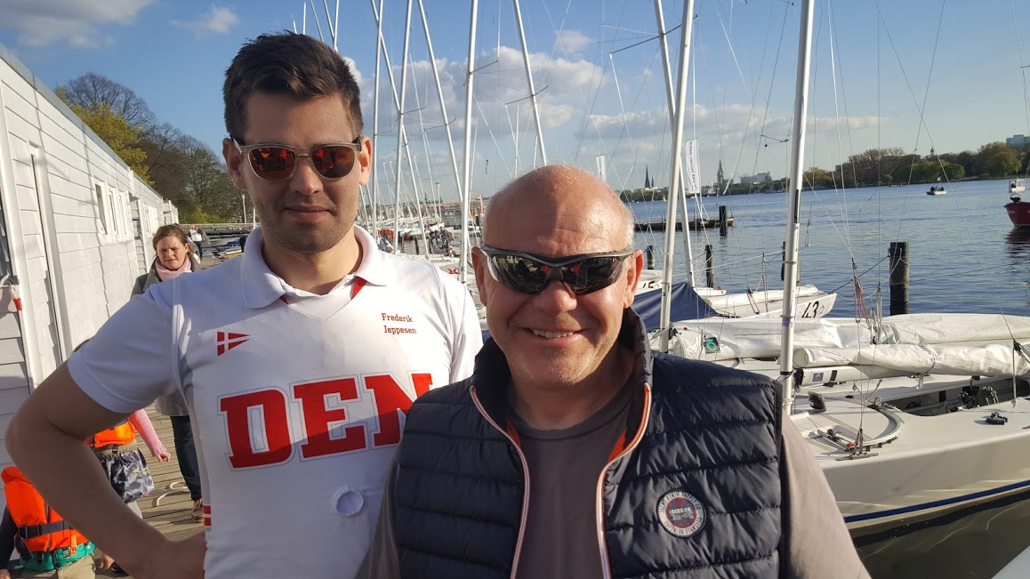 Frederik Jeppesen, tv. og Johnny Jensen havde optur i Hamborg i dag, med bl.a. 3. plads i Starbådsfeltet. Foto: Troels Lykke