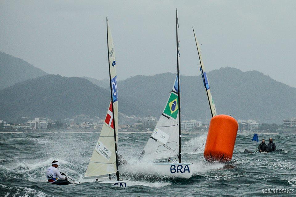 Høghens sejl kunne ikke holde i den friske vind i dag ud for Copacabana ved OL. Foto: Robert Deaves