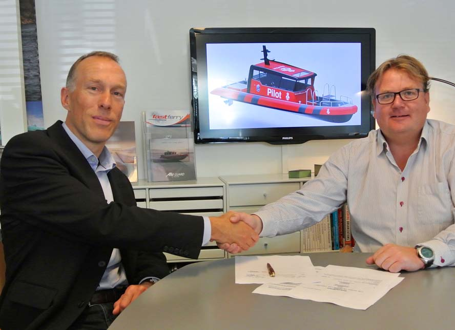 Aftalen er blevet underskrevet fornylig på Tuco Marine og blev underskrevet af Danpilots direktør, Lars S. Ahrendtsen, tv. og Tuco´s direktør Jonas Pedersen. PR-foto