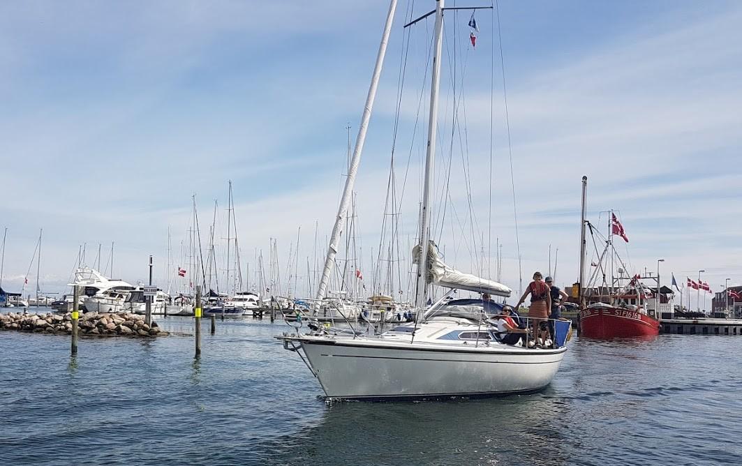 Sejlere i Juelsminde havn skal holde øje for tiden med deres påhængsmotor, mener politiet. Foto: Troels Lykke