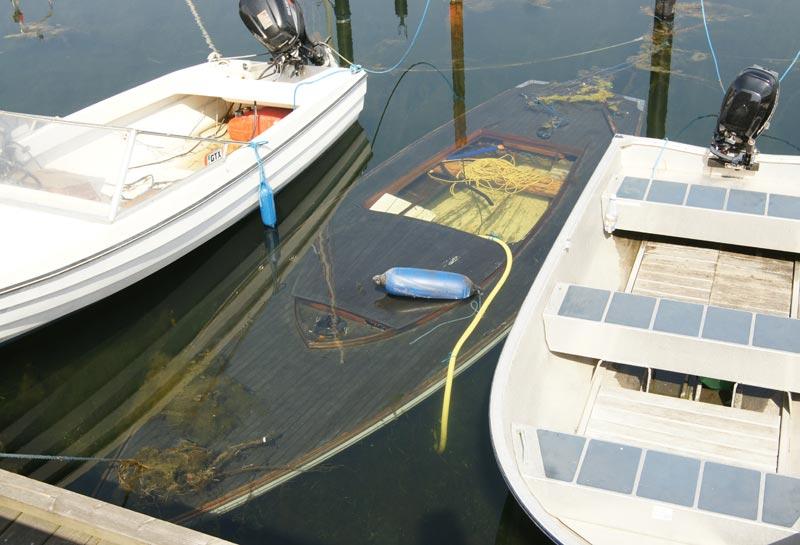 Der skal vist mere end lidt lak og knofedt til at redde denne juniorbåd. Foto: Michel Schaumburg