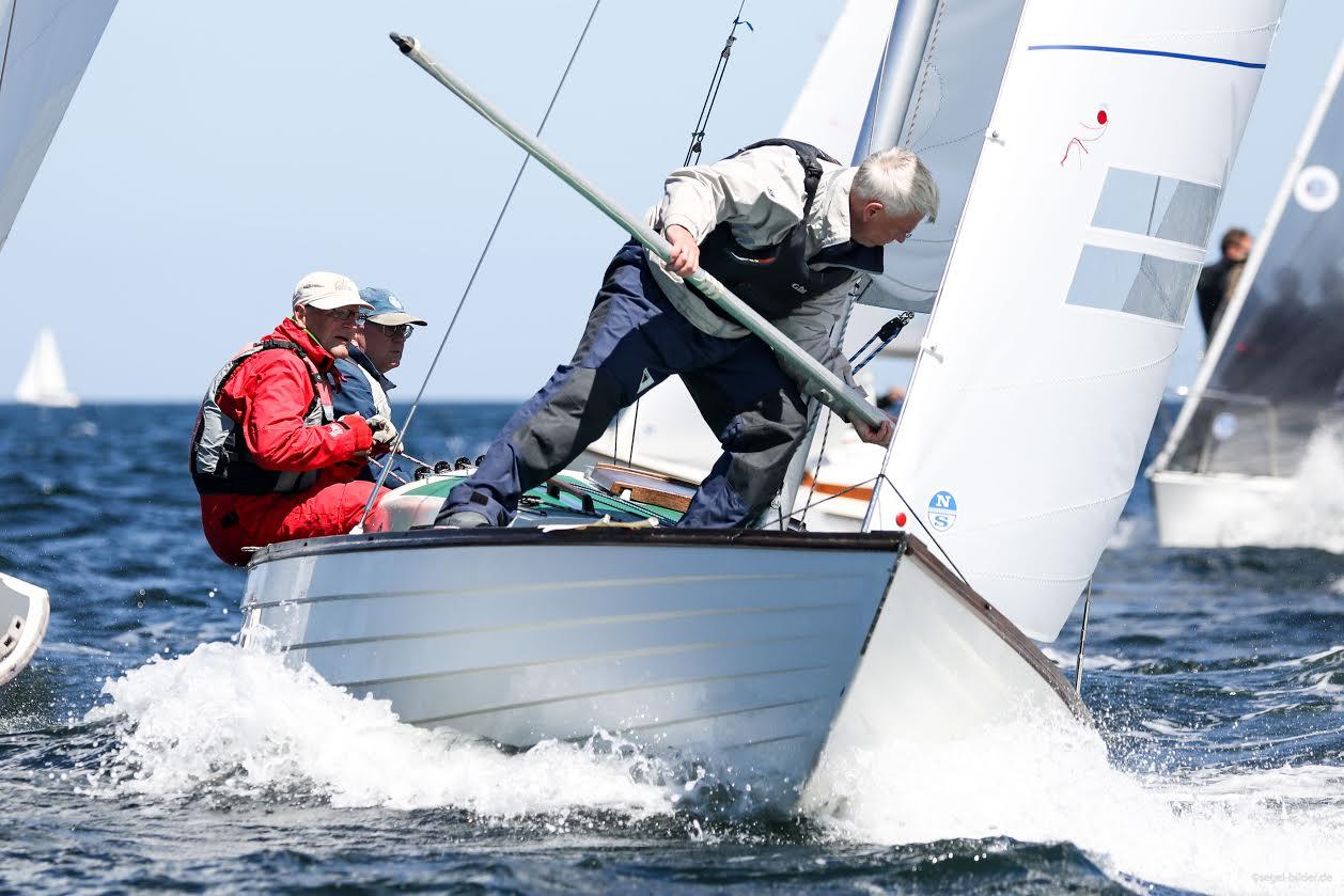 Det er femte gang, at Folkebådssejler Per Jørgensen og besætning vinder i Kiel. Foto: segel-bilder.de