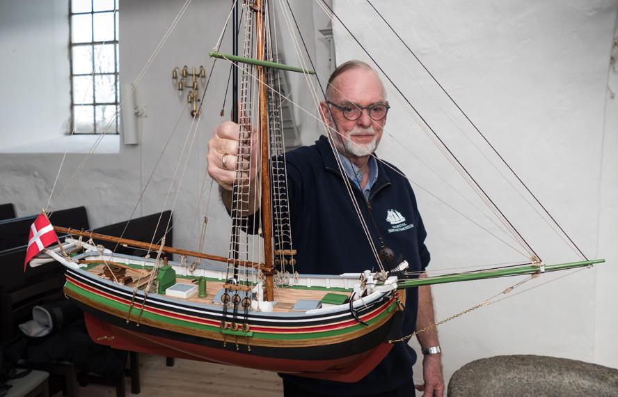 Modelskibsbygger Fritz Jørgensen, Thurø, er klar til at prøveophænge det nybygegde kirkeskib i Kirkeby Kirke.