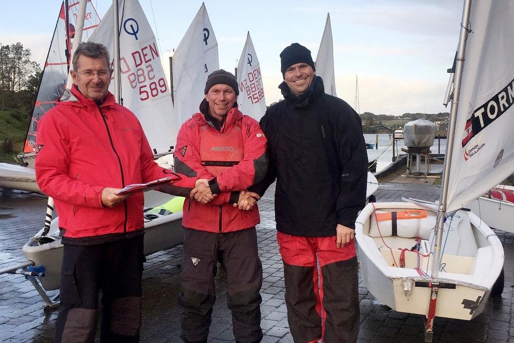 Fra venstre: Arndt Nørgaard, formand for Kolding Sejlklub, Jan Christiansen, talentudvikler i Dansk Sejlunion og Christian Frank Andersen, ungdomsformand i Kolding Sejlklub.