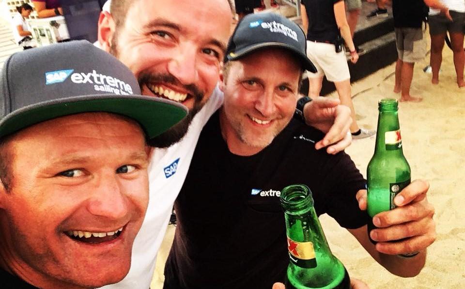 Rasmus Køstner, Milan Černý og Jes Gram-Hansen tager en fortjent øl i Mexico efter samlet sejr i Extreme Sailing Series. Privatfoto