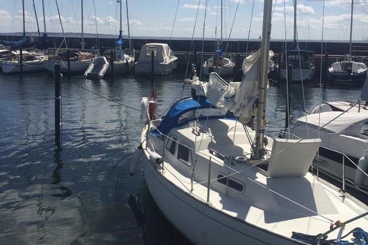 Lea Marsengo og kæresten sejlede tidligere Bandholm 24, der her ligger i Sletten Havn. Foto: Lea Marsengo