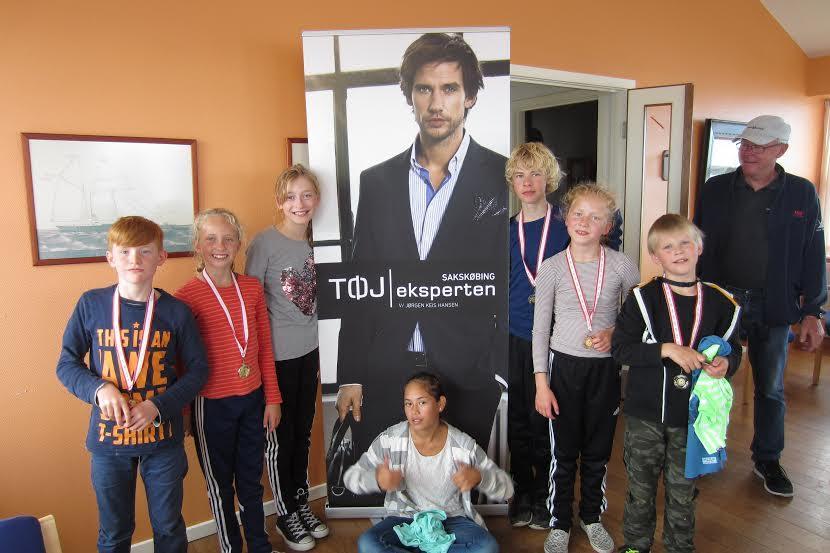 Ungdomssejlere og deres træner, Lynge Thang Jørgensen. Foto: Sakskøbing Bådelaug og Sejlklub