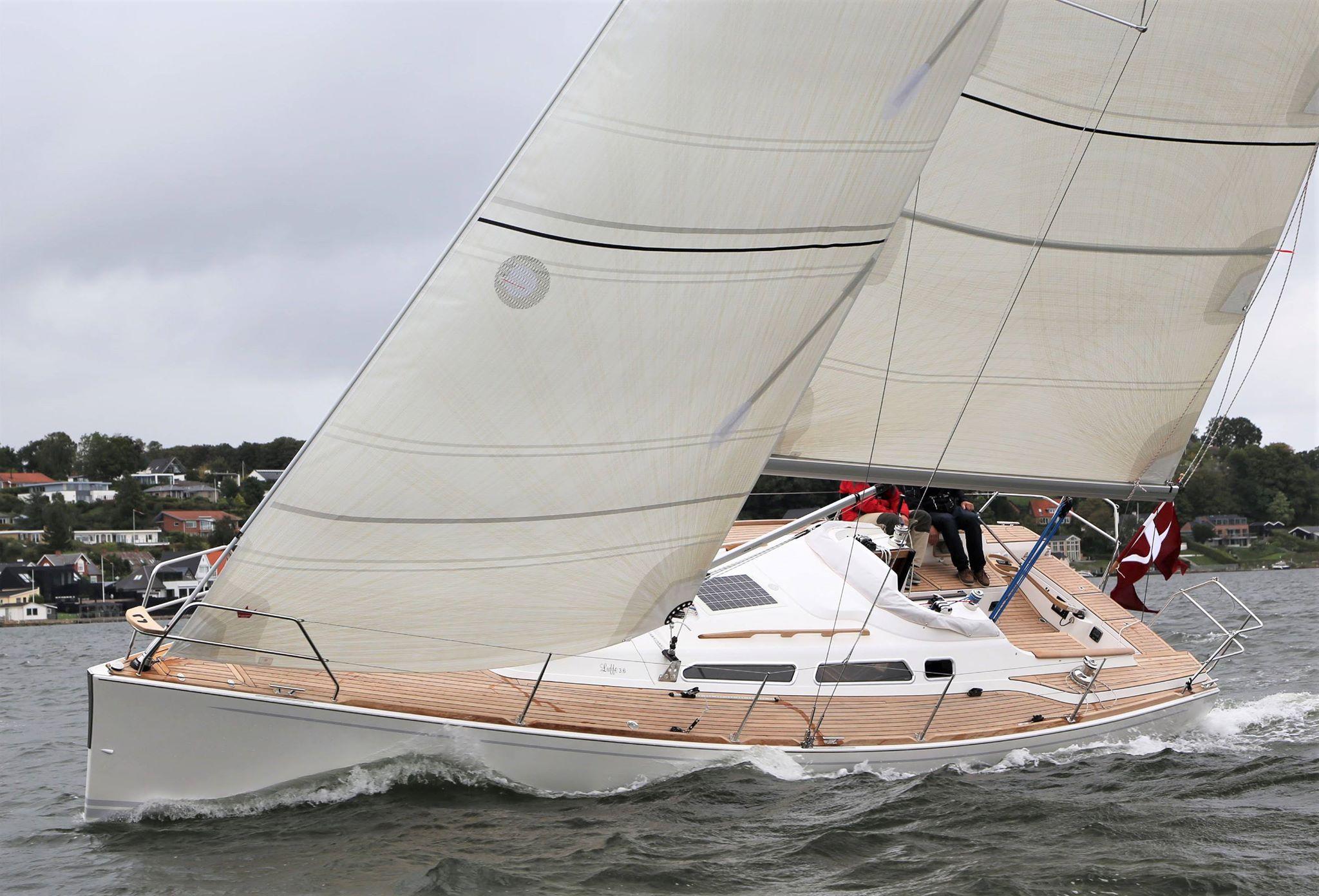 Båden var i god balance når det ikke blæste 10 m/sek. i pustene, hvor vi skulle have rebet storsejlet. Fotos: Troels Lykke