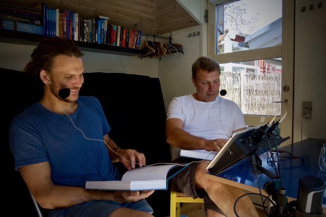 Emil og Mikkel ses her i deres hjemmelavede lydstudie. Foto: Familien Behas nyhedsbrev