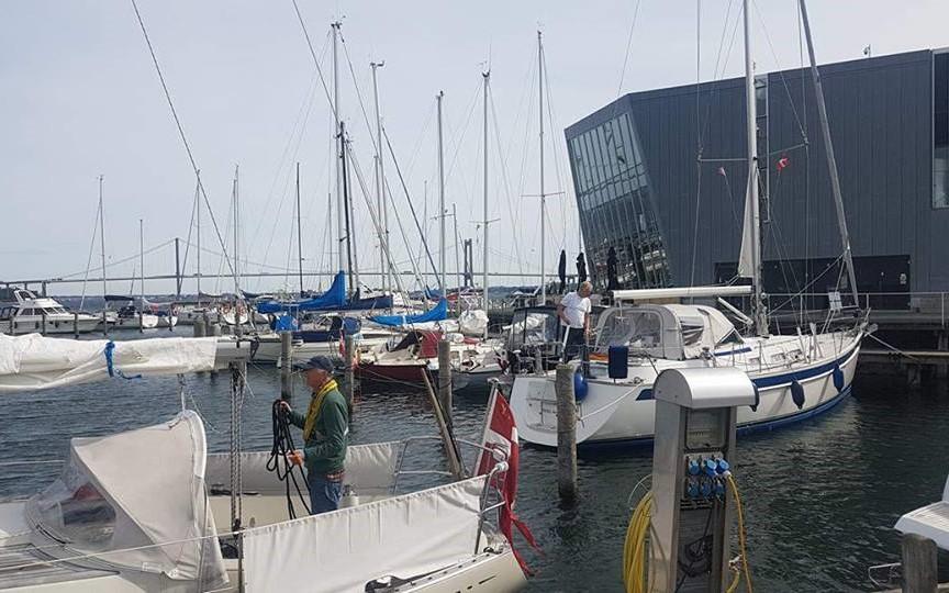 Sejler havde svært ved at få båden ud af den smalle havn, indtil en smart tysker trak stævnen fri. Fotos: Troels Lykke