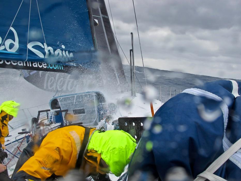 Det går vildt for sig på bådene. Lige nu fører Groupama over Puma. Foto: Telefonica