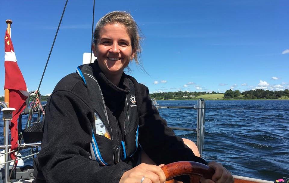 Der er noget specielt ved at komme til en by fra vandet. Især når man er på ferie, og har masser af tid, siger Malene Wilken, der her styrer familiens Vindö 40.