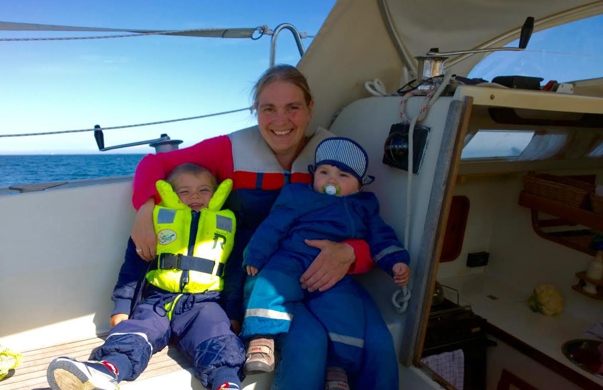 Majbritt Teglgaard ses her mine sine to børn i familiens Concorde 38, som de har arvet efter hendes forældre. Foto: Privatfoto