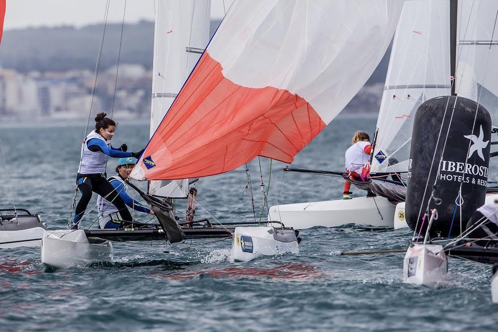 De 30 Nacra 17'ere nåede, som en af de få klasser, at sejle tre sejladser på stævnets førstedag. Foto: Jesús Renedo / Sailing Energy