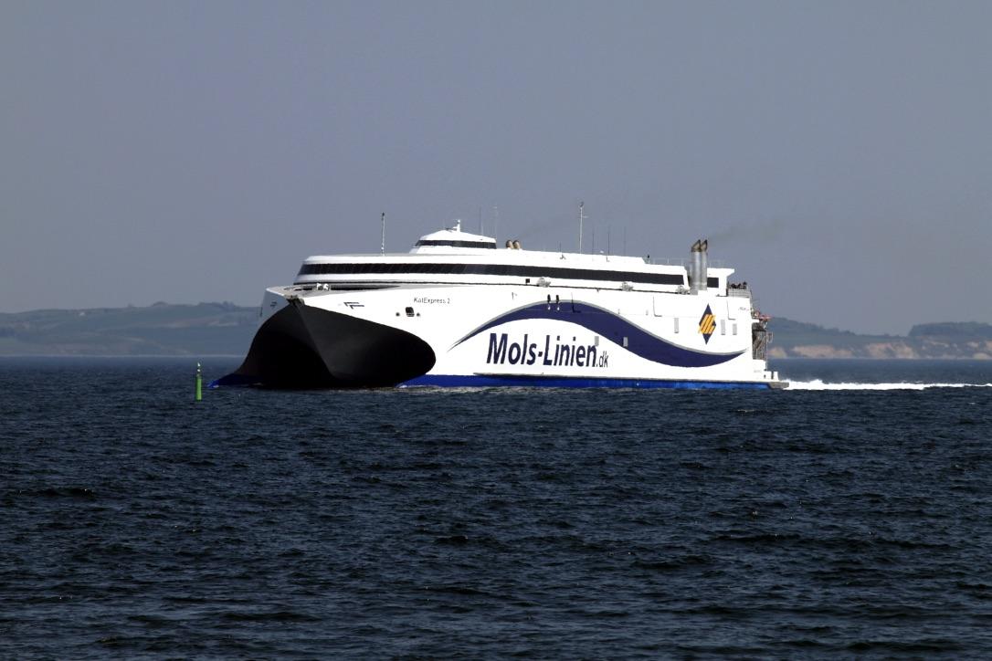 Lystsejlere kommer flere gange dagligt for tæt på Molslinjen. Foto: PR-foto