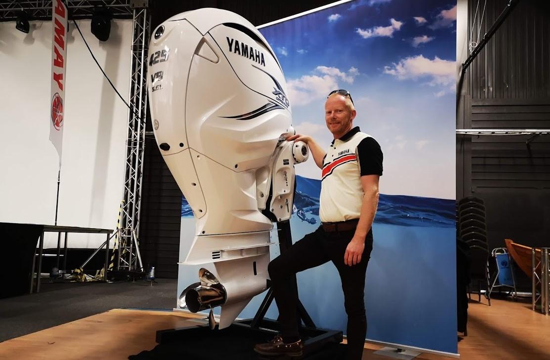 Den danske Yamaha-importør Preben Hansen viser her den nye Yamaha V8 motor frem til motorbaadsnyt.dk, da vi testede både i TanumStrand i Sverige. Foto: Troels Lykke