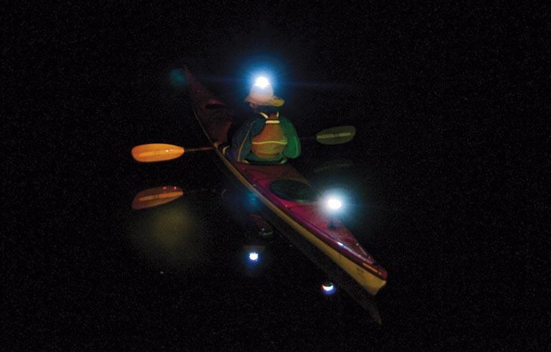 Også kano- og kajaksejlere kan have glæde af lidt lys i mørket. Foto: palby.dk