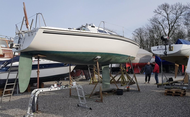 Her er en Kerteminde-sejler i gang med forårsklargøring i påsken. Foto: Troels Lykke
