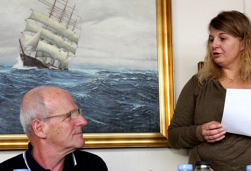 """Den nyvalgte formand for Dansk Folkebådsklub, Ditte Andreasen, kvitterede for valget ved at hædre Bent """"Mallemuk"""" Nielsen med et æresmedlemskab som tak for et langt virke for klubben."""