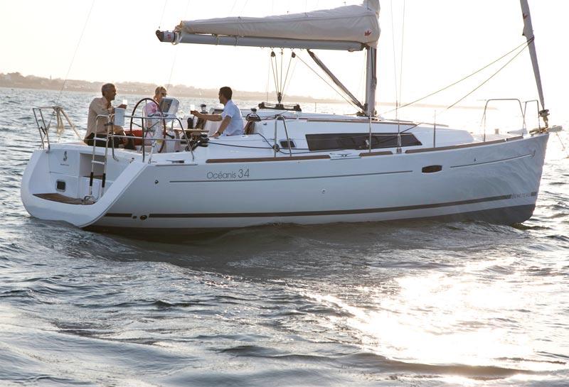 Beneteau Oceanis 34 har et meget stort cockpit, i forhold til bådens størrelse. Foto: Beneteau/Risbjerg