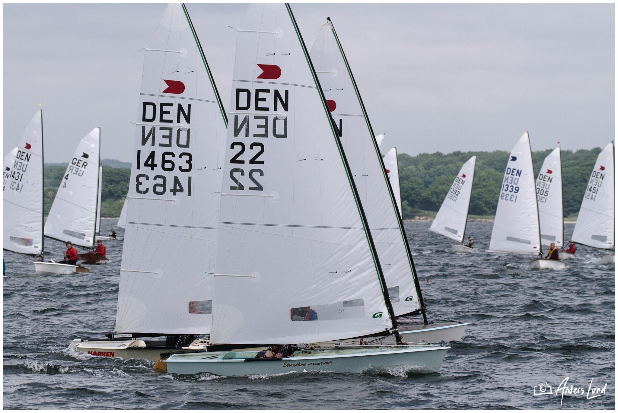 Der blev sejlet OK-jolle i let vind i weekenden i Svendborg Sund. Fotos: Anders Lund