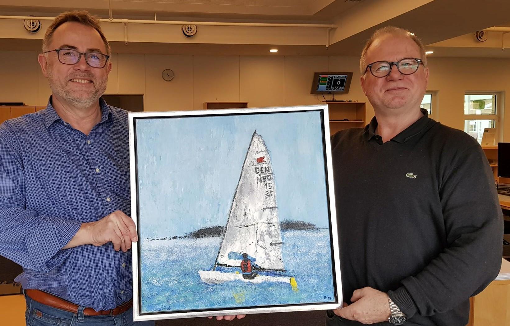 Til venstre står Stig Frandsen, mens maleren Ingo Griem står til højre. Begge sejler OK-jolle i Kaløvig. Foto: Troels Lykke