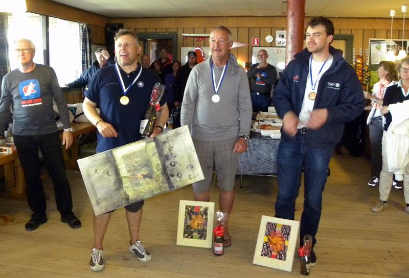 Vinderne af NM i OK-jolle 2013: Thomas Hansson-Mild (tv), Greg Wilcox, New Zealand og Christian Olesen (th). Foto: Lars Plejdrup