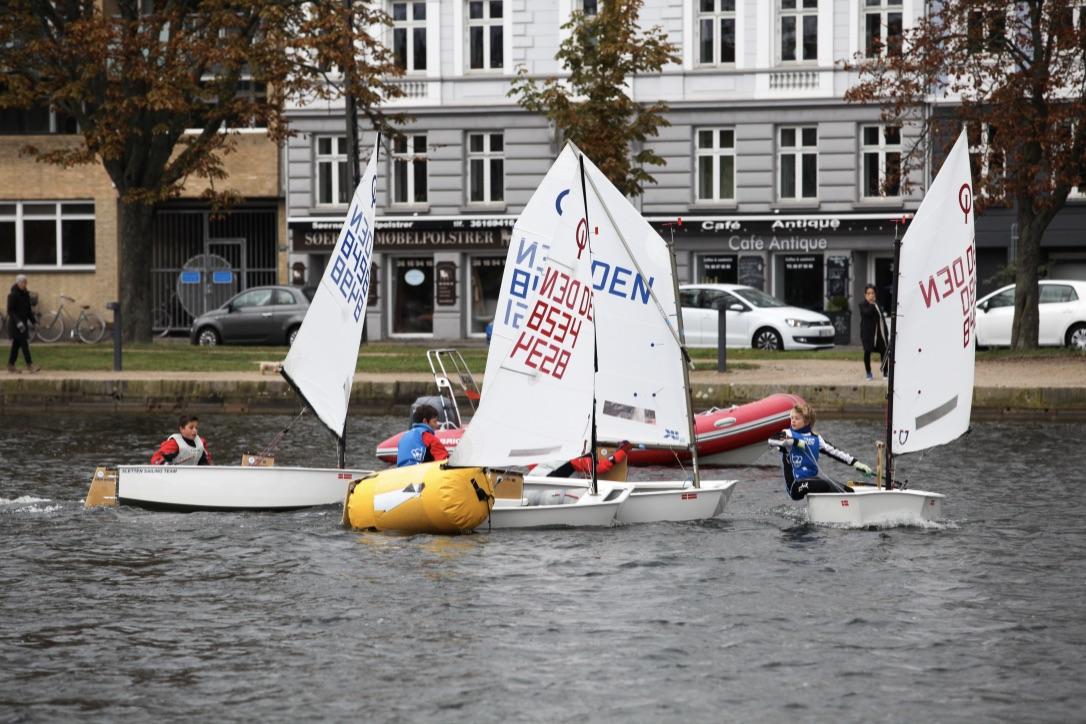 """Hold-DM indgår som en del af KDY og Søernes Sejlklubs samarbejde """"Optimistjoller på Peblingesøen"""", der er støttet af Nordea-fonden. Foto: Peter Søgaard"""
